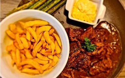 Stoverij: Gulaschfleisch auf belgische Art mit Pommes und grünem Grillspargel