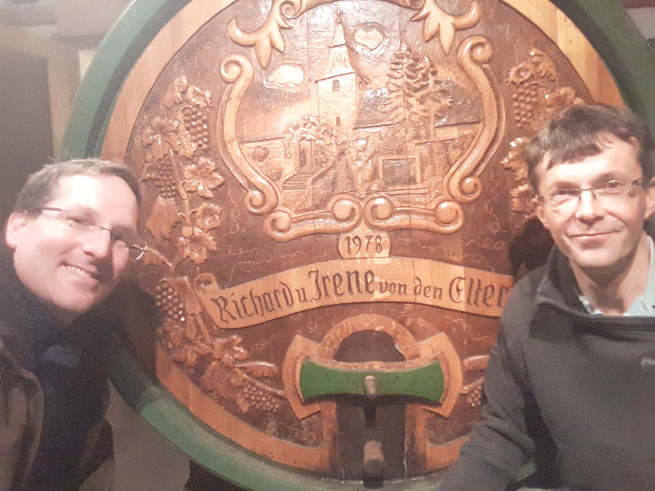 Rathammer Weinbau Winzer Richard Rathammer Jr. Mit Ögreissler Peter Comhaire im Weinkeller