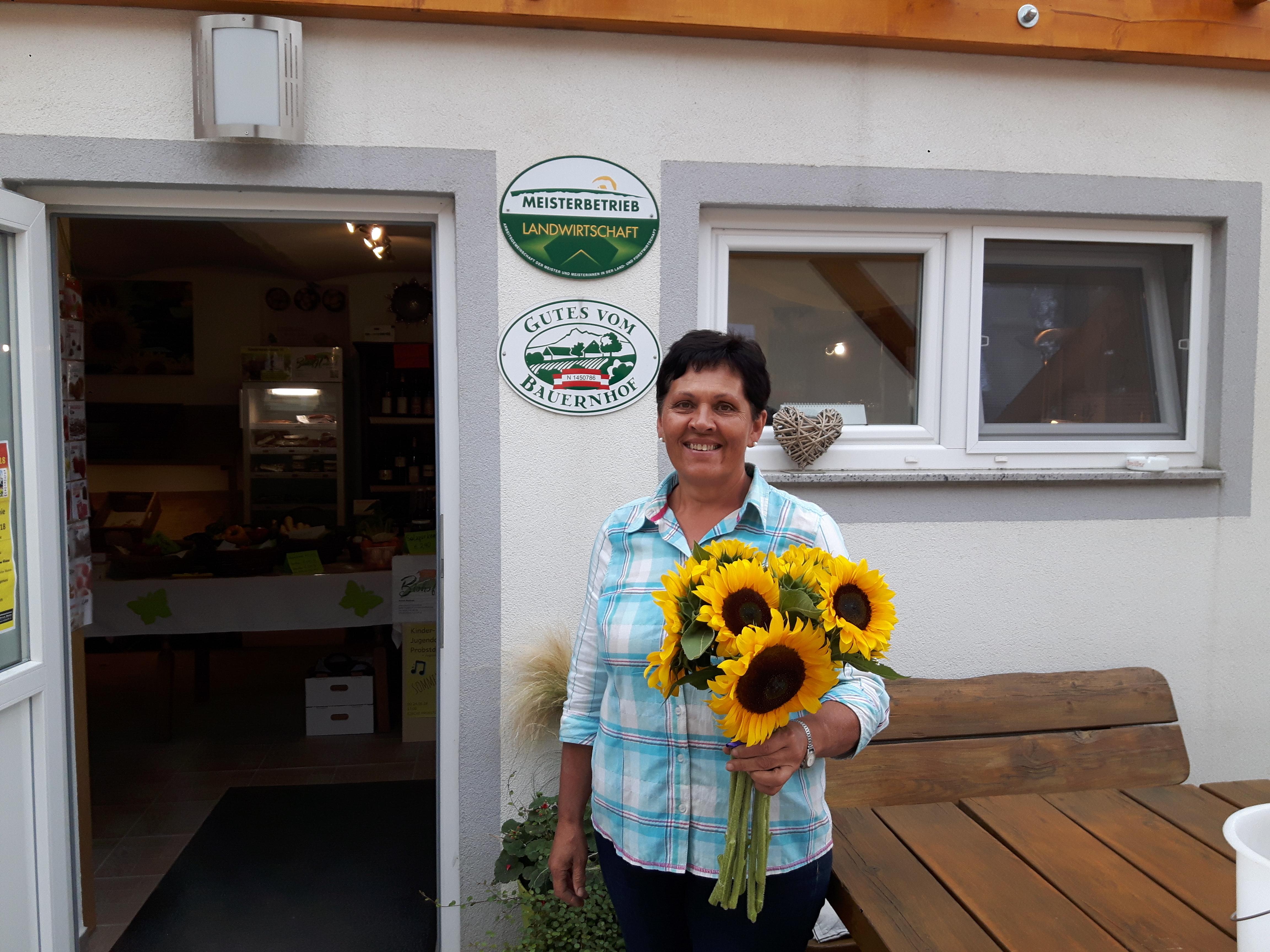 Frau Radl mit Sonnenblumen