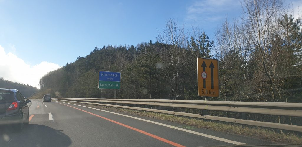 Ausfahrt Krumbach Schild auf der Süd Autobahn
