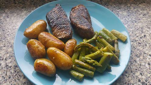 Straußen Steak mit heurigen Erdäpfeln und grünem Spargel in Butter gebraten