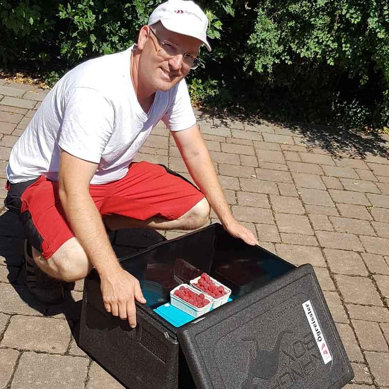Produkte ab Hof werden vom Ögreissler frisch in der Kühlbox geliefert. In Wien, im Marchfeld und mit der Post auch österreichweit.